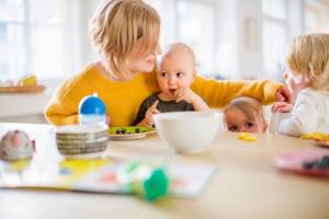 Hoivanet perhepäivähoito ruokailuhetki lasten kanssa